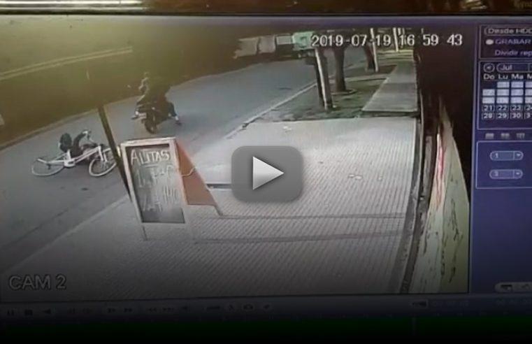 Una cámara de seguridad captó el momento del robo en barrio Viajantes