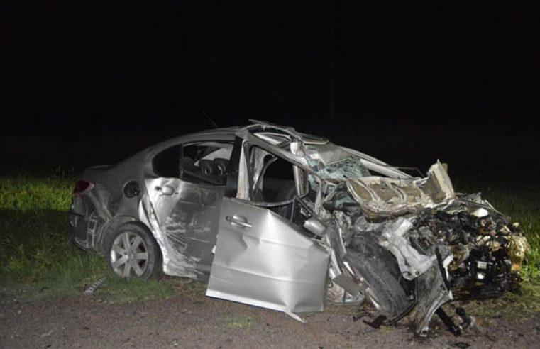 Murió automovilista al chocar frontalmente con camión jaula cargado con 55 bovinos