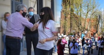 Con Martínez saludándolos, los trabajadores de la salud marcharon por la ciudad